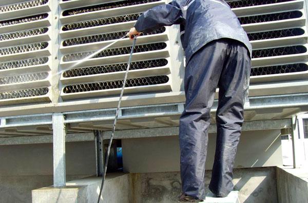 工人对中央空调循环水进行处理